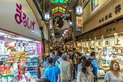 Kyoto, Japón - de sept. el 20 de 2018 - Locals y turistas que caminan en un mercado interior en Kyoto, Japón fotos de archivo libres de regalías