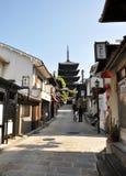 KYOTO, JAPAN - 21. OKTOBER 2012: Touristenweg auf einer Straße, die zu führt Stockfotos