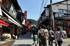 KYOTO, JAPAN - 21. OKTOBER 2012: Touristenweg auf einer Straße, die zu führt Stockfoto