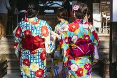 KYOTO, JAPAN - 12. APRIL 2017: Frauen, die traditionelles japanisches Kostüm des Kimonos tragen Stockfotos