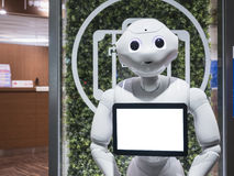 KYOTO, JAPAN - 14. APRIL 2017: Pfeffer-Roboter-Assistent mit informieren sich Stockfotografie
