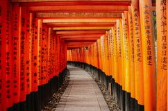 KYOTO, JAPAN - 2. APRIL 2019: Rote Torii-Tore in Schrein Fushimi Inari in Kyoto, Japan lizenzfreies stockfoto