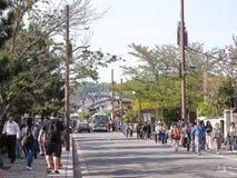 Kyoto Japan - April 12, 2018: unidentiflieväg och folk nära arashiyama royaltyfria foton