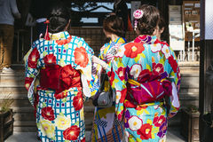 KYOTO, JAPAN - 12 APRIL, 2017: Vrouwen die Kimono Traditioneel Japans kostuum dragen Stock Foto's