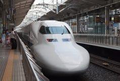KYOTO JAPAN - AUGUSTI 14: Det Shinkansen drevet väntar på terminalen för avvikelsear-stången i Japan på Augusti 14, 2012 Arkivbild