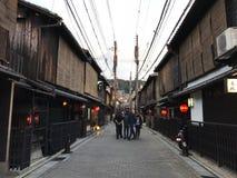 Kyoto, Japan: De mening van de Gionstraat met toeristen stock foto