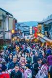 Kyoto, 2 Japan-December: De toeristen lopen op een straat rond Kiyomi Royalty-vrije Stock Foto's