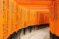 Kyoto Japan - December 27, 2009: Orange trätoriitunnel i den Fushimi Inari Taisha relikskrin Det är ett av det mest berömda ställ arkivfoton