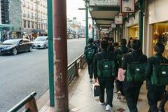 Kyoto, Japan - December 2, 2015: Schooljongens die op Kyoto lopen stre Royalty-vrije Stock Fotografie