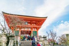 Kyoto Japan-December 2: Turister går på en gata runt om Kiyomi Royaltyfri Foto