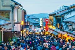 Kyoto Japan-December 2: Turister går på en gata runt om Kiyomi Arkivbilder