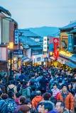 Kyoto Japan-December 2: Turister går på en gata runt om Kiyomi Arkivfoto