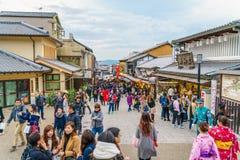 Kyoto Japan-December 2: Turister går på en gata runt om Kiyomi Arkivbild