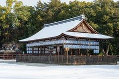 KYOTO JAPAN - Januari 12 2015: Kamigamo-jinja relikskrin en berömd shri Royaltyfri Bild