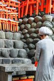 Japanese lady praying at Fushimi Inari Taisha Shrine stock photography
