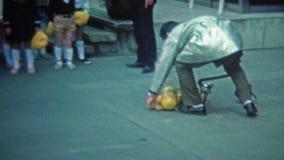 KYOTO JAPAN -1972: Japanska likformig för skolapojkar som lär om säkerhet stock video