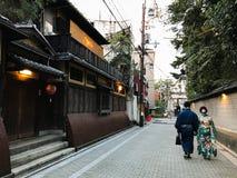 Kyoto Japan: japanska par i kimonot som går i gatan, Gion arkivbild