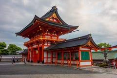 KYOTO, JAPAN - 5. JULI 2017: Berühmter Schrein des touristischen Besuchs während der Herbstsaison am 24. November 2016 bei Fushim Lizenzfreie Stockbilder
