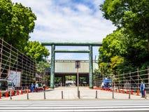 KYOTO, JAPAN - JULI 05, 2017: De niet geïdentificeerde mensen die bij lopen gaan binnen van een mooie en gestileerde japanesse te Stock Afbeelding