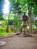 KYOTO, JAPAN - 5. JULI 2017: Entsteinte Struktur mitten in einem Park in einem Tempel und in Zen Garden von Tenryu-ji, wunderbar Lizenzfreies Stockbild