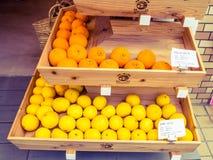 KYOTO, JAPAN - 5. JULI 2017: Kasten frische Mandarinen im Verkauf in Frischmarkt Japans Lizenzfreies Stockbild