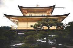 Kyoto, Japan - 24 Juli 2016 Kinkaku -kinkaku-ji, de Tempel van Rokuon -rokuon-ji letterlijk ` van de Gouden Paviljoen` boeddhisti royalty-vrije stock afbeelding