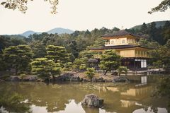 Kyoto, Japan - 24 Juli 2016 Kinkaku -kinkaku-ji, de Tempel van Rokuon -rokuon-ji letterlijk ` van de Gouden Paviljoen` boeddhisti stock fotografie