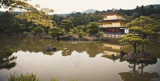 Kyoto, Japan - 24 Juli 2016 Kinkaku -kinkaku-ji, de Tempel van Rokuon -rokuon-ji letterlijk ` van de Gouden Paviljoen` boeddhisti royalty-vrije stock fotografie