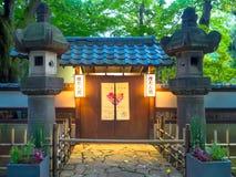 KYOTO, JAPAN - 5. JULI 2017: Kommen Sie von einem Tempel und von Zen Garden von Tenryu-ji, himmlisches Dragon Temple herein In Ky Lizenzfreie Stockbilder