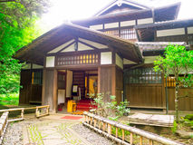 KYOTO, JAPAN - 5. JULI 2017: Kommen Sie von einem typischen stilisierten japanesse Haus in Kyoto herein Lizenzfreie Stockfotos