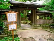 KYOTO, JAPAN - 5. JULI 2017: Kommen Sie von einem typischen stilisierten japanesse Haus in Kyoto herein Lizenzfreies Stockfoto
