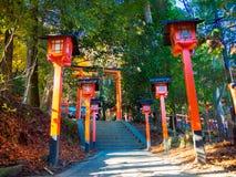 KYOTO, JAPAN - 5. JULI 2017: Kommen Sie von roter Tori Gate an Schrein Fushimi Inari in Kyoto herein Lizenzfreie Stockfotografie