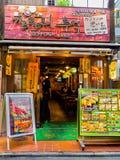 KYOTO, JAPAN - JULI 05, 2017: Mening van de spectaculaire voedselmarkt in in openlucht vers vissen en voedsel voor verkoop in Hak Stock Fotografie