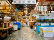 KYOTO, JAPAN - JULI 05, 2017: Mening van de spectaculaire voedselmarkt in in openlucht vers vissen en voedsel voor verkoop in Hak Stock Afbeeldingen