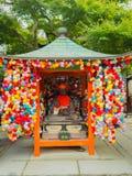KYOTO JAPAN - JULI 05, 2017: Metallisk staty som omges av färgrika bollar i en marknad som lokaliseras i mitten av Gion Royaltyfria Bilder