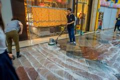 KYOTO, JAPAN - JULI 05, 2017: Niet geïdentificeerde mensen die met bezems buiteno schoonmaken hun markten van winkels en Royalty-vrije Stock Afbeelding
