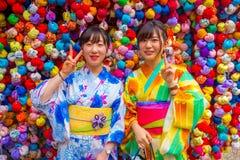 KYOTO JAPAN - JULI 05, 2017: Oidentifierat folk framme av en liten marknad med färgrika bollar som lokaliseras i mitten Arkivbild