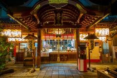 KYOTO, JAPAN - 5. JULI 2017: Schön kommen Sie nachts um die schmale Straße von Gions-Bezirk, Kyoto herein Stockbild