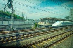 KYOTO, JAPAN - 5. JULI 2017: Schienen mit einem Zug JR700 shinkansen den Kugelzug, der zu Kyoto-Station in Kyoto, Japan ankommt Lizenzfreies Stockfoto