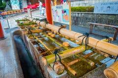 KYOTO JAPAN - JULI 05, 2017: Slut upp av handwashpaviljongen i den Fushimi Inari relikskrin i Kyoto Arkivbilder