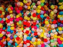 KYOTO JAPAN - JULI 05, 2017: Stäng sig upp av färgrika bollar i en marknad som lokaliseras i mitten av den Gion gatan av Kyoto Fotografering för Bildbyråer