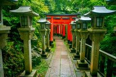 KYOTO JAPAN - JULI 05, 2017: Torii portar av Fushimi Inari Taisha förvarar i Kyoto, Japan Det finns mer än 10.000 Arkivfoton