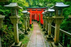 KYOTO JAPAN - JULI 05, 2017: Torii portar av Fushimi Inari Taisha förvarar i Kyoto, Japan Det finns mer än 10.000 Arkivbild