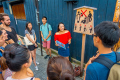 KYOTO, JAPAN - JULY 05, 2017: Crowd of people listening at tourist girl the advice and recomendations to visit in the. City on Gion district in Ky, Japan stock photos