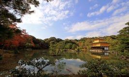 Kyoto Japan Kinkaku-ji tempel i höst och den fridfulla sikten av dammet Royaltyfri Fotografi