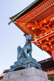 KYOTO, JAPAN - 12. MÄRZ 2018: Fox-Statue am Eingangstor O Lizenzfreies Stockbild