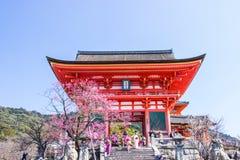 KYOTO, JAPAN - 12. MÄRZ 2018: Tourist an Kiyomizu-deratempel d Lizenzfreie Stockbilder