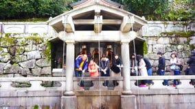 Kyoto, Japan - Maart 2015: mensen die bij geestwaterval bidden van oude kiyomizu-Dera (Kiyomizu-Tempel) in Kyoto, Japan stock videobeelden