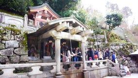 Kyoto, Japan - Maart 2015: mensen die bij geestwaterval bidden van oude kiyomizu-Dera (Kiyomizu-Tempel) in Kyoto, Japan stock footage