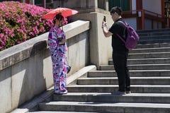 Kyoto, Japan - 19. Mai 2017: Japanische Paare, die Fotos auf Th machen Stockfotos